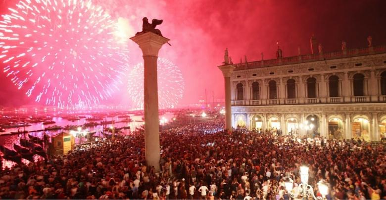 Fuochi artificio rossi e rosa per Redentor in Piazza San Marco Venezia